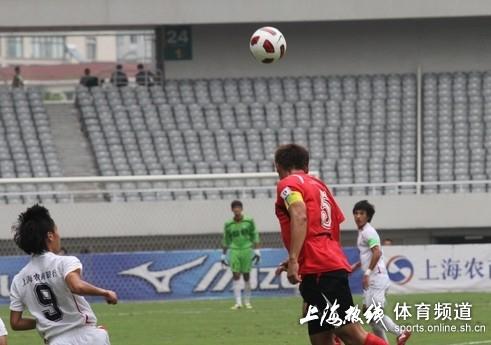 图文:[中甲]东亚4-0延边 头球解围