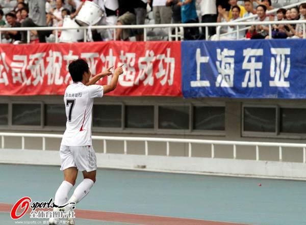 图文:[中甲]东亚4-0延边 武磊特别庆祝动作