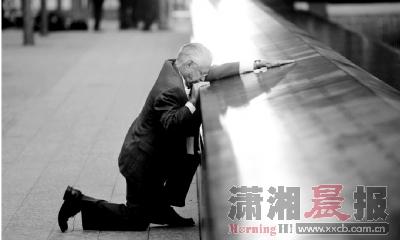 """?9·11纪念日,失去儿子的罗伯特-佩莱扎在""""零地带""""哀悼,不愿离开刻有儿子名字的地方。图/IC"""