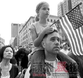 11日,纽约曼哈顿闹市区聚集了不少美国人,和遇难者家属一起分担他们的悲伤。图/IC