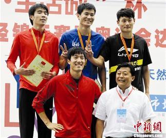 楚天都市报讯 图为:刘翔和获奖选手合影