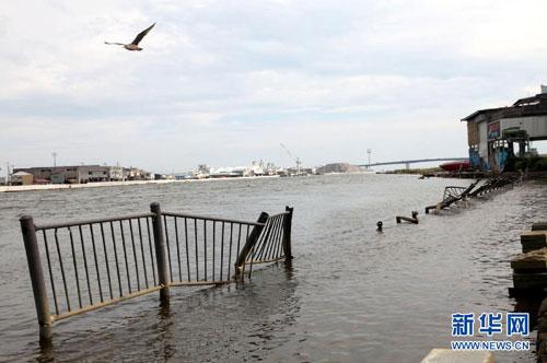 在日本宫城县石卷市一处港湾,原先的滨海大道因震后地势沉降没入水中,震后半年仍未修整。(9月8日摄)