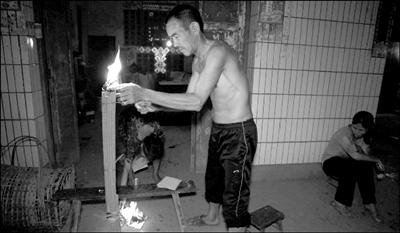 中秋节晚,遇难者银美的家人烧了炷香,祈祷菩萨保佑他们一家风调雨顺。 本报实习记者 白婧盟 摄