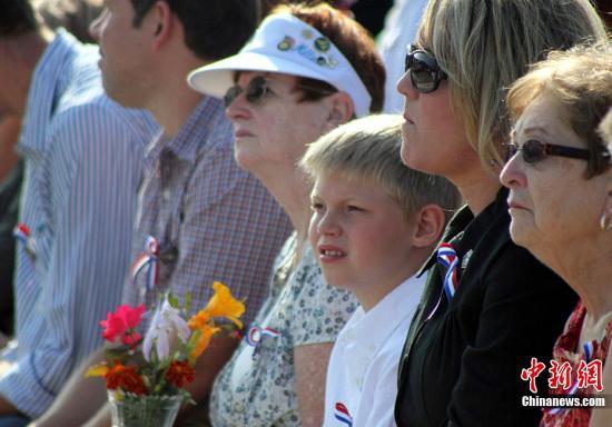 9月11日,美国五角大楼举行纪念911十周年仪式。出席仪式的民众手捧鲜花,祭奠遇难者。中新社发 白恭 摄