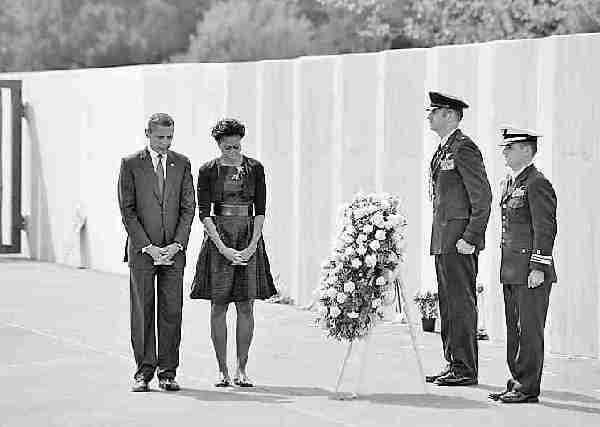 11日,美国总统奥巴马和夫人米歇尔在尚克斯维尔向9·11袭击遇难者敬献花圈。法新社