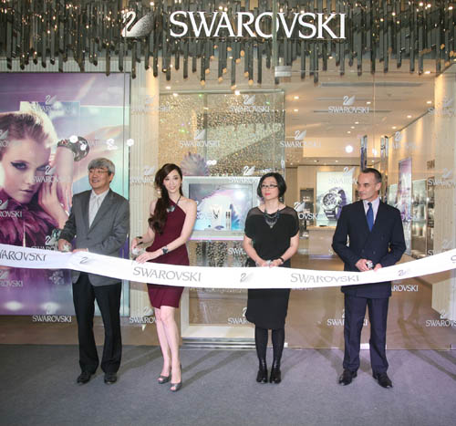 王小梅小姐、郝继霖先生、王家伦先生与吴佩慈小姐亲临现场为新店开幕剪彩