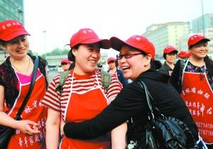 今年五月,一批吉林保姆进京,在火车站受到热烈欢迎。