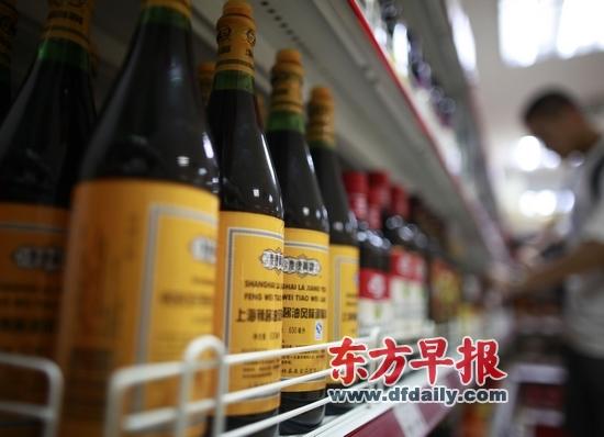 昨天,上海南京东路,一家超市的货架上辣酱油货源充足。早报记者 王炬亮 图