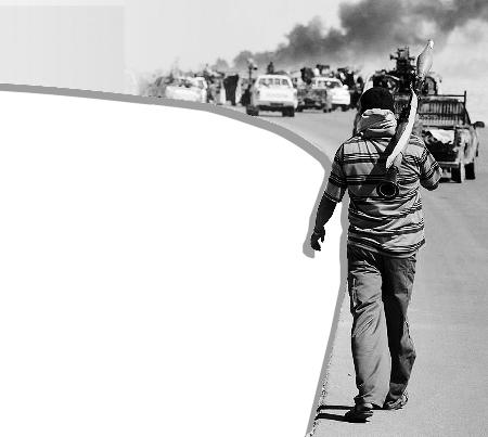 当地时间9月12日,一名利反对派成员跟随部队向苏尔特开拔。