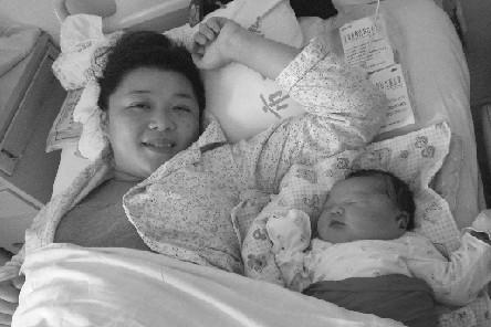 """(记者 于迪)11斤!顺产!9月9日,在市第一医院八道沟住院部妇产科,29岁的王丹和她刚出生的女儿,俨然已经成了病房里的""""明星人物""""。"""