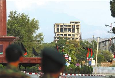 9月13日,阿富汗士兵在枪战地点附近警戒。新华社发