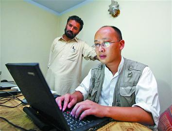 9月13日,在阿富汗首都喀布尔,新华社喀布尔分社首席记者章建华在分社地下室内发稿。
