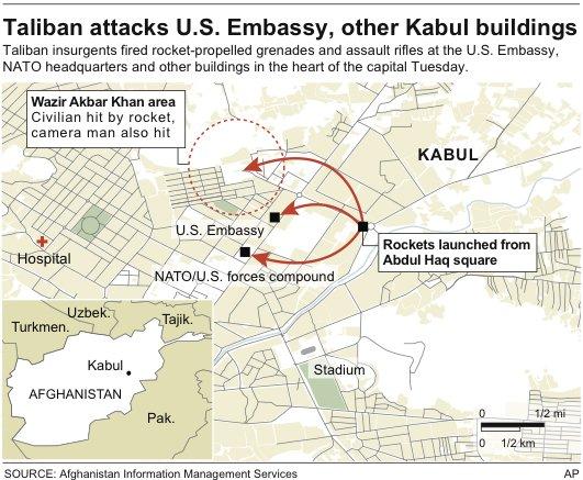 当地时间13日,阿富汗安全部队在喀布尔与攻击使馆区的塔利班武装分子交火,图为安全部队在交火建筑附近站岗