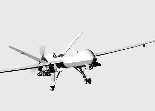 """美国使用无人机发动的袭击,""""定点清除""""""""基地""""分子,改变了现代战争的面孔。图为美军的M Q-9""""收割机""""无人攻击机。(资料图片)"""