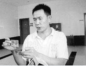 ■朱刚展示两张彩票。  本版图片由深圳晚报记者 赵东眉 摄