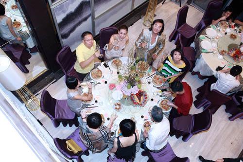 繁花皓月下一派衣香鬓影,等待菁英们的不仅是一场精彩淋漓的饕餮盛宴,更是颐德公馆内在深厚沉淀与雍容生活的完美展现。