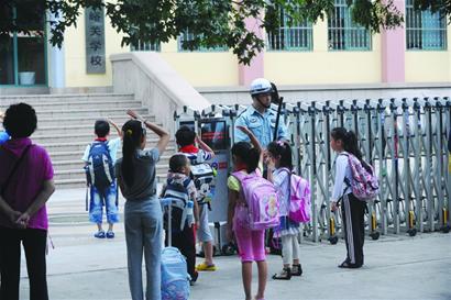 青岛家长开车送孩子上学成老大难
