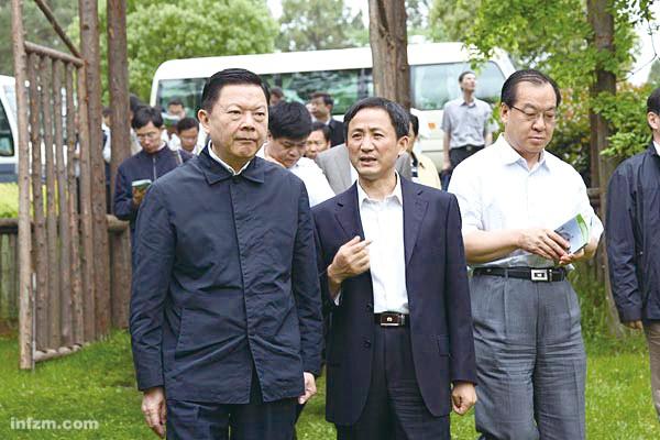 前排左一为张文岳。这位原辽宁省委书记正率领中央第四巡视组在上海巡视。 (江苏农林职业技术学院网站/图)