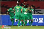图文:[中超]长春2-1北京 国安庆祝进球