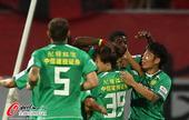 图文:[中超]长春2-1北京 国安队员开心
