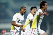 图文:[中超]长春2-1北京 王栋扳平比分