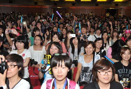 五月天色情电影天地_《五月天追梦3dna》上海首映 电影院变演唱会