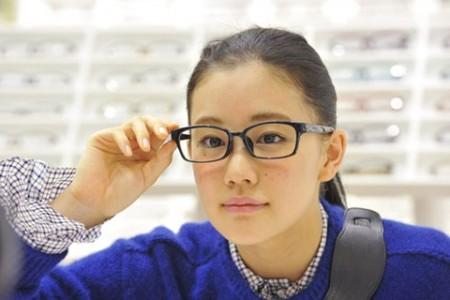 苍井优化身眼镜女作代言 称私下天天戴眼镜