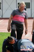 幻灯:泰达恢复训练 阿里汉笑容满面与队员打闹