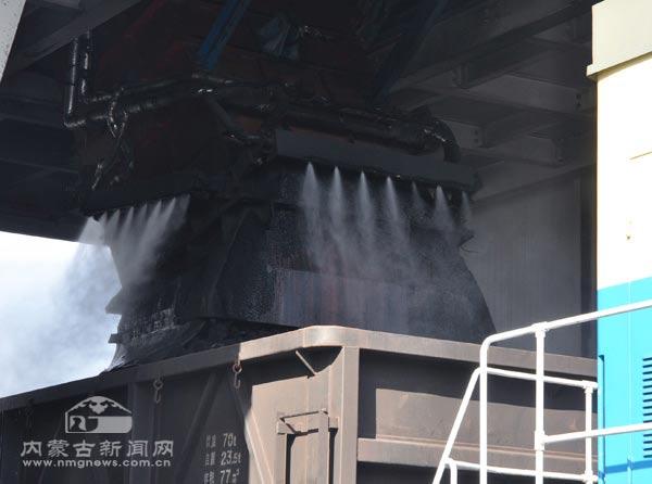 内蒙古大唐国际锡林浩特矿业公司的矿区鲜花盛开,远处为公司的环保储煤库。