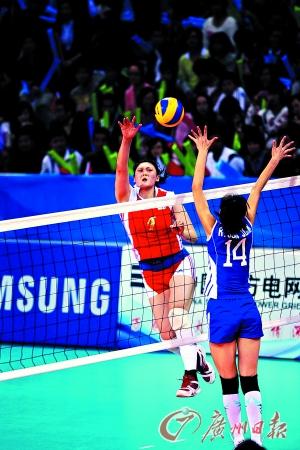 图为去年的广州亚运会,中国女排(红衣)曾经在半决赛中以3比0战胜朝鲜女排。(CFP供图)