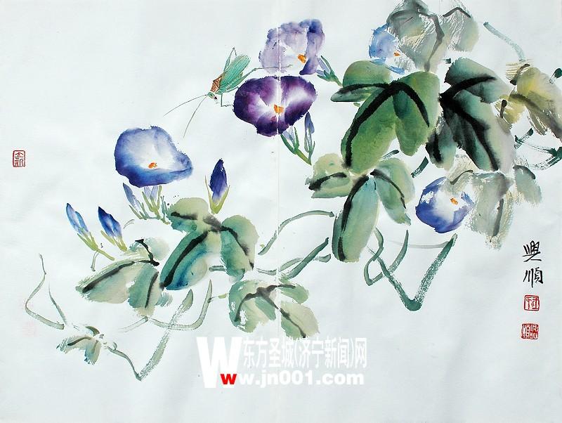 王兴顺   牵牛花俗称喇叭花,一年生蔓性缠绕草本花卉,蔓茎细长3至4米,叶互生,有心形全缘或三歧二裂两种,三歧二裂的中歧较大,三歧均有尖,腋生1至4朵花,喇叭形花冠,花色鲜艳美丽而多样,如紫、红、粉红、白、蓝等,花期在6至10月份,朝开午谢。牵牛花虽为草本野卉,但名见芳谱、花志已有千余年,而且历代也有许多关于牵牛花的诗文和美术作品。画叶   根据牵牛花的大小、选用小斗笔蘸墨或色画,用侧锋先画近后画远,近实远虚,落笔取势要斜,有左有右,不要都正上正下的行笔。若用笔画叶,可先蘸少许赭石(以使叶的色彩变暖些