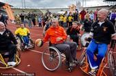 幻灯:克鲁伊夫打轮椅篮球 献身公益支持残疾人