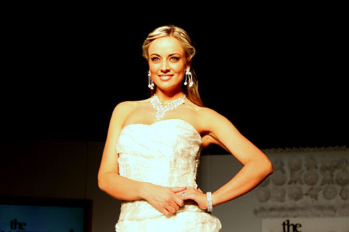 南非名模佩戴杨智儿的珠宝闪亮登场。