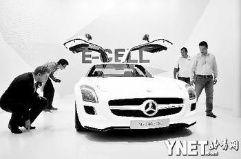 在法兰克福车展上参观者在观看奔驰SLS AMG 电动车供图/新华社