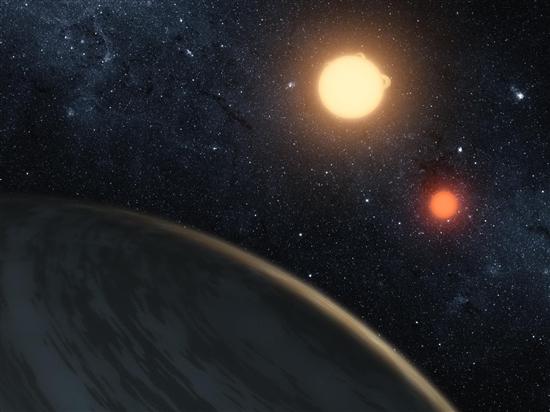 在《星球大战之四:新的希望》中,天行者卢克难忘地凝视着故乡塔图因行星的美丽夕阳,这颗神秘行星环绕着两颗恒星运行.
