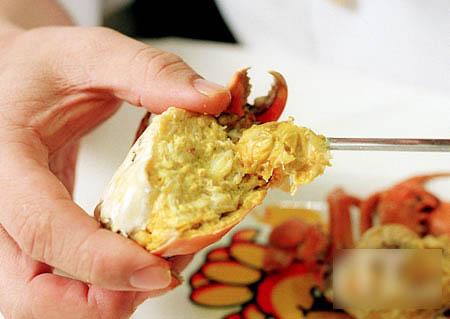 以扁平签插入,将蟹脚肉完整通出。