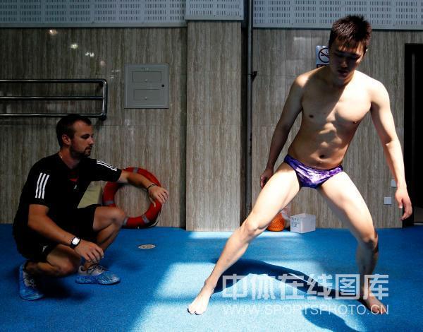 图文:张琳赴美前在京训练 锻炼腿部肌肉