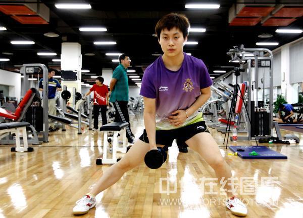 图文:美体能教练指导国乒训练 冯亚兰不敢怠慢