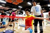 图文:美体能教练指导国乒训练 木子一丝不苟