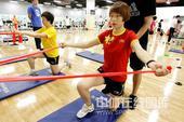 图文:美体能教练指导国乒训练 武杨练习力量