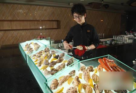dap设了大型海鲜吧,提供世界各地新鲜运到的海鲜、刺身及生蚝。