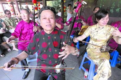 昨天,松江民乐团在方塔园表演民乐