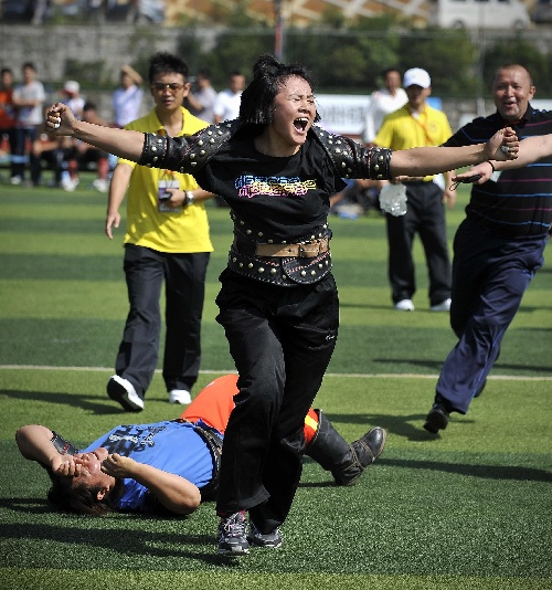 图文:民运会民族式摔跤 新疆女队搏克团体第一