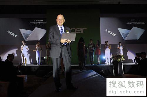Acer宏碁全球副总裁暨中国区总裁艾仁思展示 S3 蜂鸟
