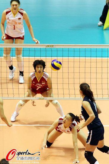 图文:[女排]中国3-0哈萨克斯坦 惠若琪钻到网下