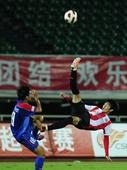 图文:[中超]成都2-0上海 李建滨倒钩