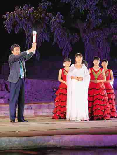 图蔚县县长燕旺林点燃火炬。