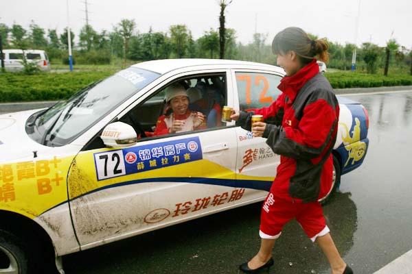 2011车祖奚仲-锦华房产杯(薛城)中国汽车拉力锦标赛于9月17日进行了首日正式比赛的角逐,斯柯达红牛车队的桑德尔与林德伟交替领跑,目前车队的成绩依然排在三甲之列。不过在对手逐步提高成绩的过程中,他们的主要赞助商红牛公司可没少吃里扒外,按照CRC的惯例,设在维修区大营里的红牛柜台对全场的车手、技师和记者及车迷均免费开放。   红牛公司负责赛车运动赞助事宜的官员邵冉表示:我们可没那么狭隘,只给自己的车队提供红牛饮品。因为我们参与的是拉力运动,希望看到中国赛车水平的整体提高,而不是某个车队和某个车