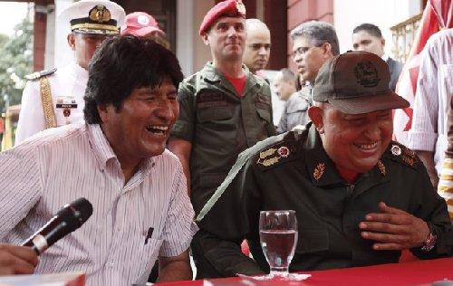 2011年9月17日,查韦斯(右)与玻利维亚总统莫拉莱斯在欢送仪式上。