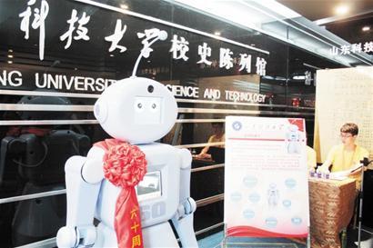身高一米七表情挺酷说话甜美科大机器人张口能喊校友名字